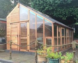 Kombinera växthus och redskapsbod - bra och praktisk lösning för den lilla trädgården.