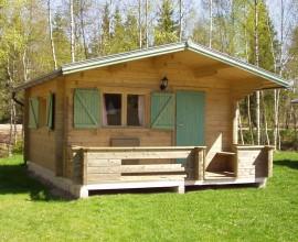Skara 16m2 med en 1,3m altan. Skara är designat för Skara Sommarland och passar perfekt som gäststuga eller campingstuga för uthyrning.
