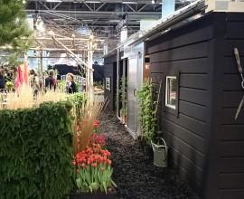 Vi levererar orangeri/uterum som extra tillbehör till våra villor, fritidshus och bodar.  redskapsbod till höger och orangeri i mitten. Här på Trädgårdsmässan i Älvsjö.